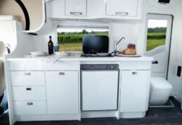 Wingamm-Mikros-Küche-total-weiß-1 - Wohnmobil