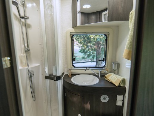 wingamm-oasi-690-twins-shower-dark-elm - camping-car